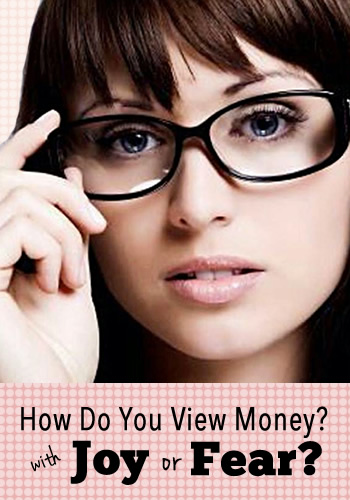 How Do You View Money? With Joy or Fear? | www.TheHeavyPurse.com